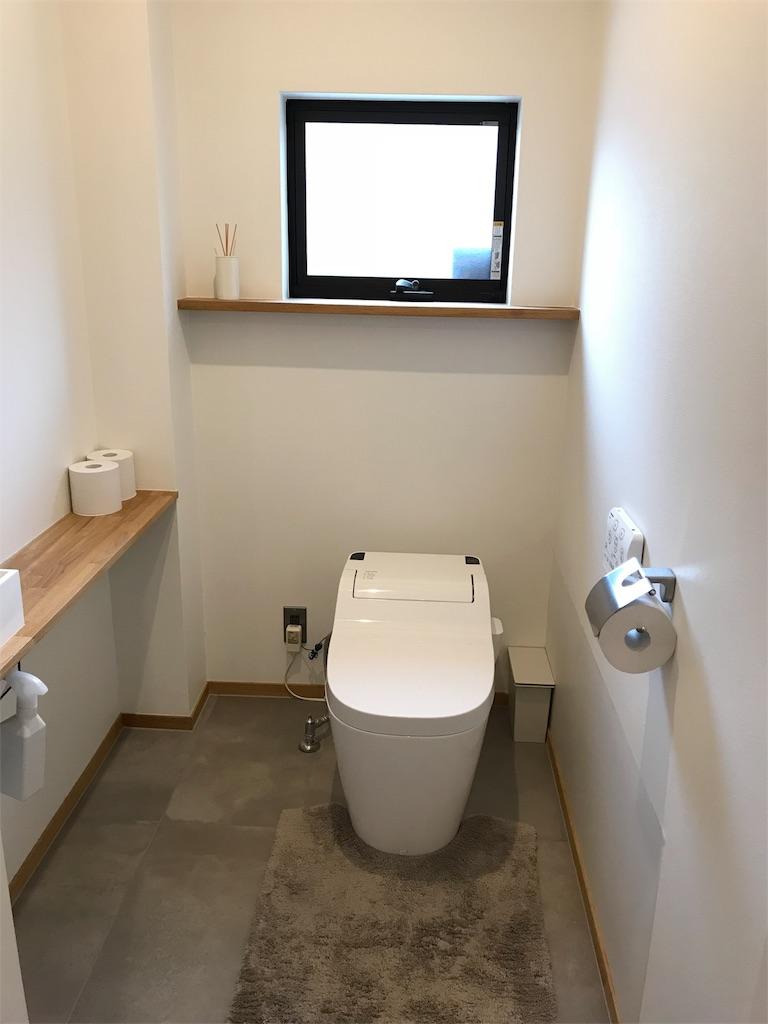 無機質でシンプルなトイレの様子