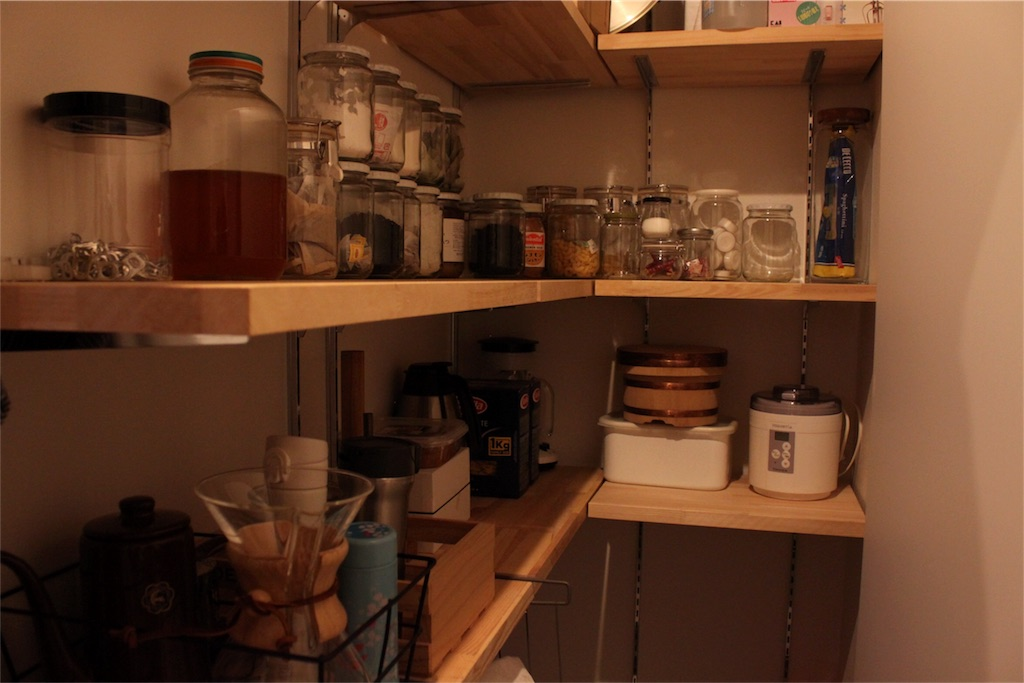 パントリーの中にキッチン家電とIKEAワイングラスホルダー。はちみつの空き瓶を再利用。