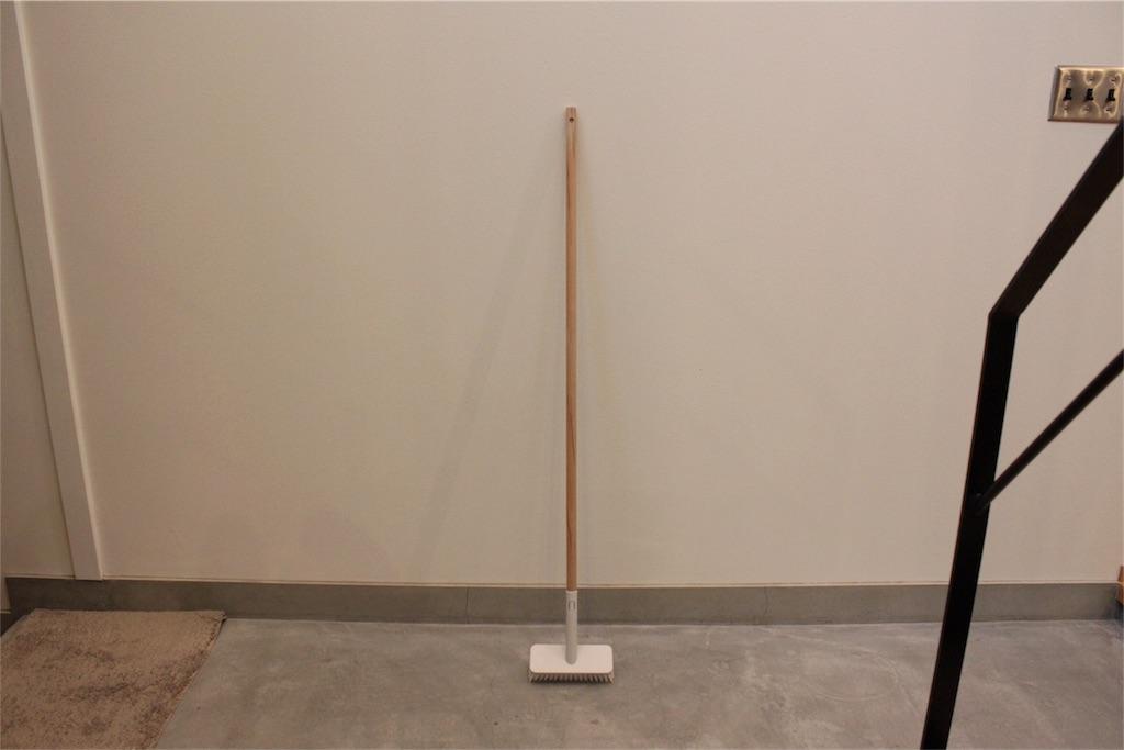 無印良品の掃除用品システム〜シンプルなデッキブラシと木製ポール