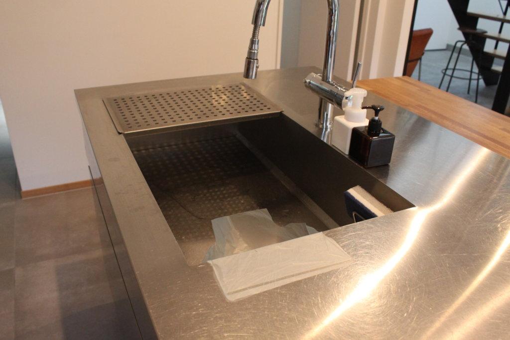 三角コーナーはもう要らない。貼って使える水切り袋!【シンクにペタッと穴あきゴミ袋】でキッチンをミニマムに。