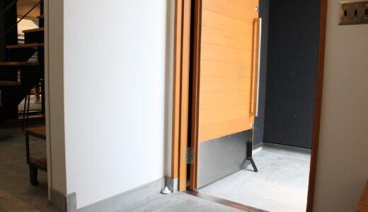魔法のテープでOK!玄関にシンプル・おしゃれな「マグネット式折り畳みドアストッパー」を設置【山崎実業smart】