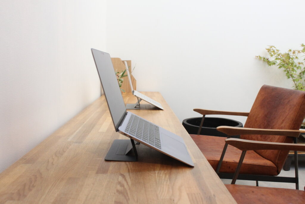 姿勢が変わると楽!ノートパソコンスタンド「MOFT」はPCと一体化【MacBookユーザー必見】口コミ&レビュー